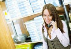 Vrouw bij telefoon Royalty-vrije Stock Afbeelding