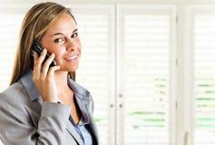 Vrouw bij telefoon Royalty-vrije Stock Foto