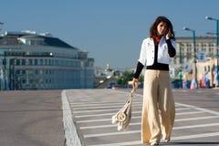 Vrouw bij weg stock foto