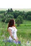 Vrouw bij weide Stock Afbeelding