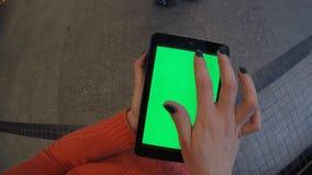 Vrouw bij winkel die tablet met het groene scherm gebruiken stock footage