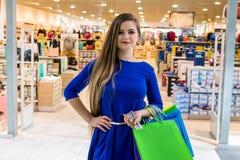 Vrouw bij winkelen die over volgende aankoop denken royalty-vrije stock afbeelding
