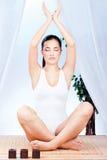 Vrouw bij yogaontspanning Royalty-vrije Stock Afbeeldingen
