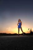 Vrouw bij zonsondergang Royalty-vrije Stock Foto