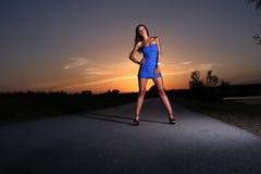 Vrouw bij zonsondergang Royalty-vrije Stock Afbeeldingen