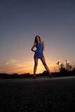 Vrouw bij zonsondergang Stock Afbeeldingen
