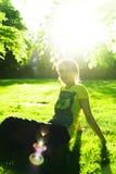Vrouw bij zonsondergang royalty-vrije stock afbeelding