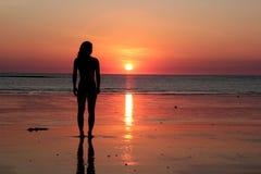 Vrouw bij zonsondergang Royalty-vrije Stock Fotografie