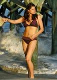 Vrouw in bikini bij strand Stock Foto's