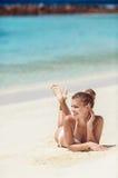 Vrouw in bikini bij tropisch strand Royalty-vrije Stock Foto's