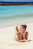 Vrouw in bikini bij tropisch strand Stock Afbeelding