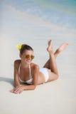Vrouw in bikini bij tropisch strand Royalty-vrije Stock Afbeelding