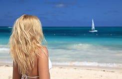 vrouw in bikini die de dag enjoing bij het strand Stock Afbeelding