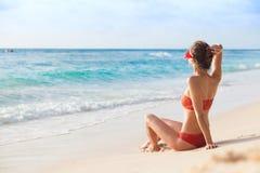 Vrouw in Bikini die op Tropisch Strand liggen royalty-vrije stock fotografie