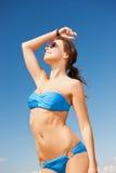 Vrouw in bikini en zonnebril stock afbeeldingen