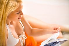 Vrouw in bikini, het lezen Royalty-vrije Stock Afbeelding