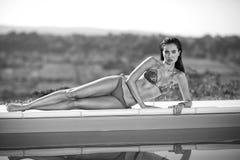 Vrouw in bikini het ontspannen bij de pool Royalty-vrije Stock Foto's