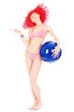 Vrouw in bikini met bal Royalty-vrije Stock Afbeeldingen