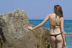 Vrouw in bikini op het strand stock foto's