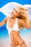 Vrouw in bikini op overzees strand Royalty-vrije Stock Afbeelding