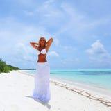 Vrouw in bikini op strand Stock Foto's