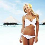 Vrouw in bikini op strand Stock Afbeeldingen