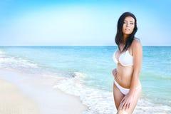 Vrouw in bikini op zee strand stock fotografie