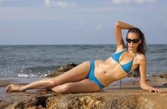 Vrouw in bikinis het zonnebaden stock foto's