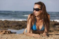 Vrouw in bikinis op het strand royalty-vrije stock afbeelding
