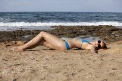 Vrouw in bikinis op het strand Royalty-vrije Stock Fotografie