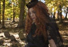 Vrouw binnen met zwarte sluier Stock Afbeeldingen