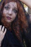 Vrouw binnen met zwarte sluier Stock Fotografie