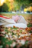 Vrouw in bladeren Stock Afbeelding