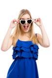 Vrouw in blauw met zonnebril royalty-vrije stock afbeeldingen