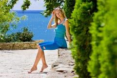 Vrouw in blauwe kleding royalty-vrije stock afbeelding
