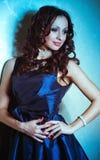 Vrouw in blauwe kleding met juwelen bijouterie. stock foto's