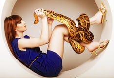Vrouw in blauwe kleding met Python Royalty-vrije Stock Afbeelding