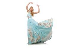 Vrouw in blauwe lange kleding met bloemdrukken Stock Afbeeldingen