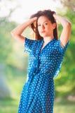Vrouw in blauwe stipkleding Stock Foto