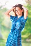 Vrouw in blauwe stipkleding Stock Fotografie