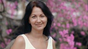 Vrouw in bloeiende tuin stock footage