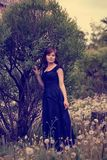 Vrouw in bloemrijke weide Royalty-vrije Stock Afbeeldingen