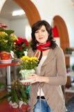 Vrouw in bloemwinkel royalty-vrije stock afbeeldingen