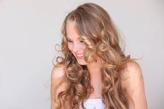 Vrouw, blonde krullende haar mooie huid Royalty-vrije Stock Afbeeldingen