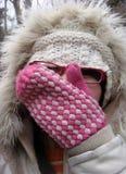 Vrouw in bont winterse hoed Stock Foto