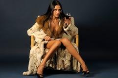 Vrouw in bont witn wijn. Stock Foto