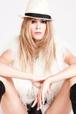 Vrouw in bontvest en hoed Royalty-vrije Stock Foto