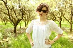 Vrouw in boomgaard Stock Afbeeldingen