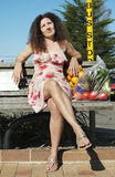 Vrouw bored bij bushalte Stock Fotografie