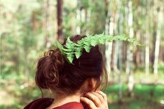 Vrouw in bos stock foto